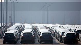Des Porsche Cayenne garées sur le parking d'une usine Porsche àLeipzig, en Allemagne,en mars 2016. (Photo d'illustration) (JAN WOITAS / DPA / AFP)