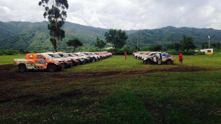 Le parc fermé des autos au bivouac de Jujuy