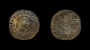 """Pièces de deux centimes extrêmement rares, appelées """"penny aux Deux empereurs"""" car y figurent le roi Alfred le Grand et Ceolwulf II, un monarque moins connu. (WEST MERCIA POLICE / AFP)"""