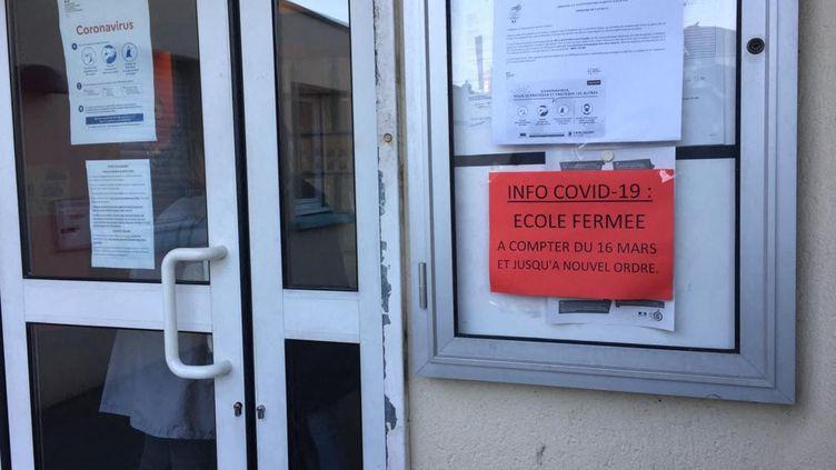 La façade d'une école fermée à cause du coronavirus à Rouen. (BÉNÉDICTE COURRET / FRANCE-BLEU HAUTE-NORMANDIE)