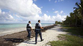 Policiers patrouillant le 20 mars 2020 sur la plage des Salines, au Gosier, fermée au public en raison des mesures prises pour lutter contre la propagation du coronavirus. (CEDRICK ISHAM CALVADOS / AFP)