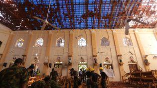 Des militaires sri lankais dans l'église de Saint-Sébastien à Negombo au Sri Lanka, le 22 avril 2019. (THARAKA BASNAYAKA / NURPHOTO / AFP)