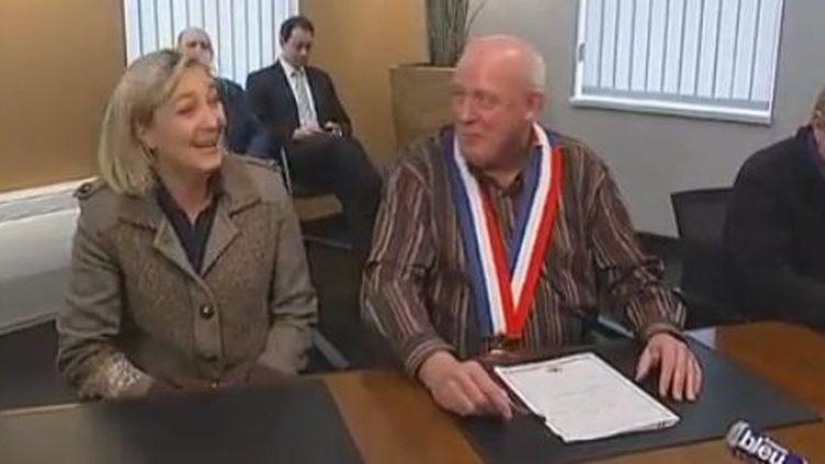 Marine Le Pen reçue par le maire de Fort-Louis (Bas-Rhin), Gérard Janus, mardi 14 février 2012. (FRANCE TELEVISIONS)