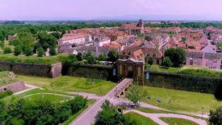 La rédaction du 13 heures vous emmène à la découverte d'une cité qui réconcilie les arts anciens et modernes, cellede Neuf-Brisach (Haut-Rhin), fortifiée par Vauban à la demande Louis XIV. En son cœur, existe un musée dédié au street-art. (FRANCE 2)