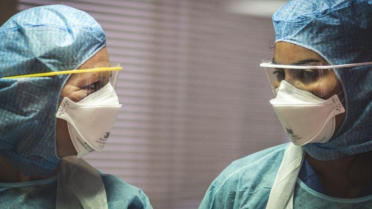 Des infirmières équipées de masques FFP2 travaillent dans un service de soins intensifs dédié aux patients Covid-19, le 29 mars 2020, à Grasse (Alpes-Maritimes). (FREDERIC DIDES / HANS LUCAS / AFP)
