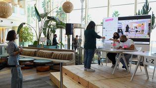 Les employés de la marque Desigual participent à un vote sur la réduction de leur semaine de travail de cinq à quatre jours, à Barcelone le 7 octobre 2021. (JOSEP LAGO / AFP)