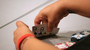 Les sommes mises en jeu pendant certaines parties de poker seraient largement supérieures à celles déclarées au fisc. (LOIC VENANCE / AFP)