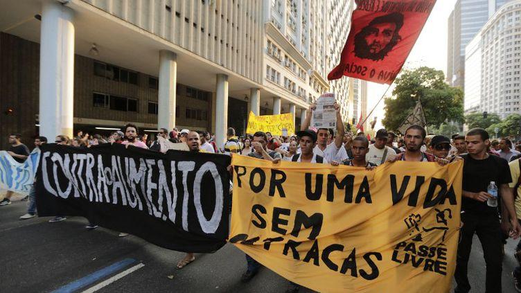 Des manifestants protestent contre la hausse des prix des transports publics, lundi 10 février 2014 à Riode Janeiro (Brésil). (WILTON JUNIOR / AGENCIA ESTADO / AFP)