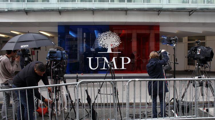 Devant le siège de l'UMP, à Paris, le 26 mai 2014. (THOMAS SAMSON / AFP)