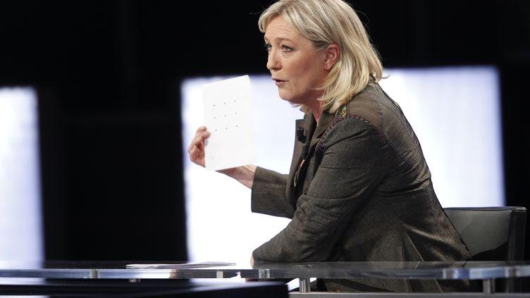 """La présidente du FN, Marine Le Pen, sur le plateau de """"Des paroles et des actes"""", sur France 2, le 11 avril 2012. (THOMAS SAMSON / AFP)"""