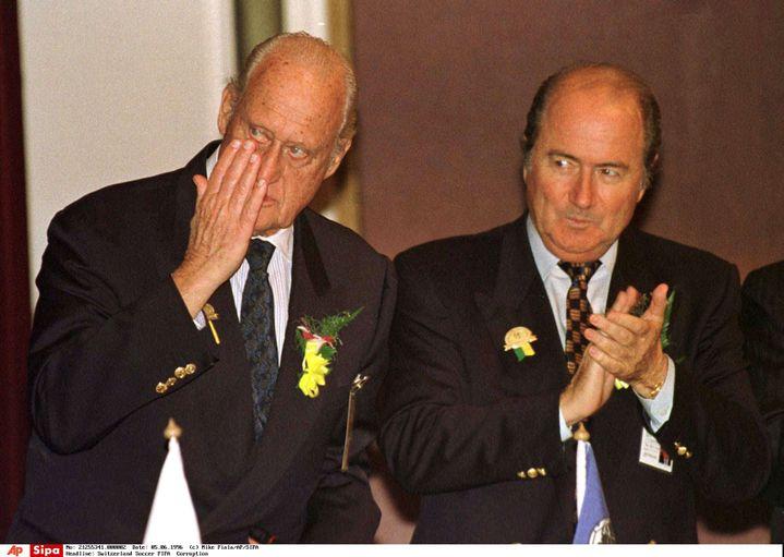Le président de la Fifa de l'époque, Joao Havelange (G), et son numéro deux,Sepp Blatter,à Kuala Lumpur (Malaisie), le 5 juin 1996. (MIKE FIALA / AP / SIPA)