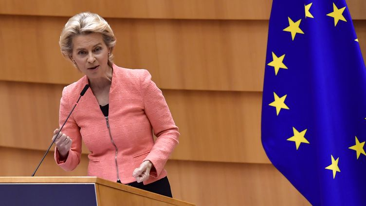 La présidente de la Commission européenne, Ursula von der Leyen, lors de son premier discours sur l'état de l'Union européenne devant les députés européens, le 16 septembre 2020 à Bruxelles (Belgique). (JOHN THYS / AFP)
