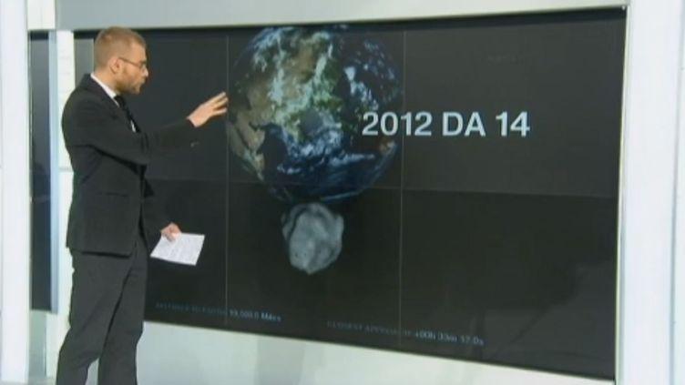 Frédéric Vion, de France 2, présente des détails sur l'astéroïde qui doit frôler la Terre, le 15 février 2013. (FRANCE 2  / FRANCETV INFO)