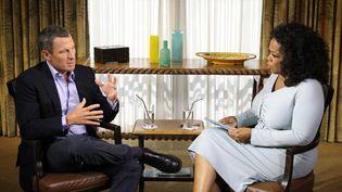 Lance Armstrong et l'animatrice de télévision Oprah Winfrey lors d'une interview diffusée jeudi 17 janvier 2013 à la télévision américaine. (GEORGE BURNS / OWN / AFP)