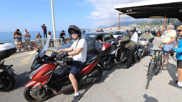 Des conducteurs de scooters à la frontière avec l'Italie, à Menton (Alpes-Maritimes), le 3 juin 2020. (VALERY HACHE / AFP)