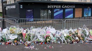 Des fleurs en hommage auxotages tués durant l'attaque de l'Hyper Cacher, porte de Vincennes à Paris, le 12 janvier 2015. (MILAN SZYPURA/HAYTHAM-REA / HAYTHAM PICTURES)