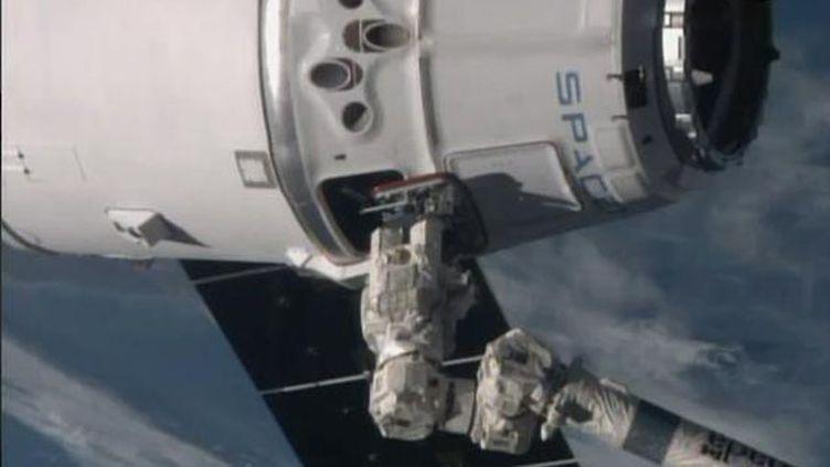 (La capsule bien arrimée, fait face à la Terre © Capture d'écran Nasa)
