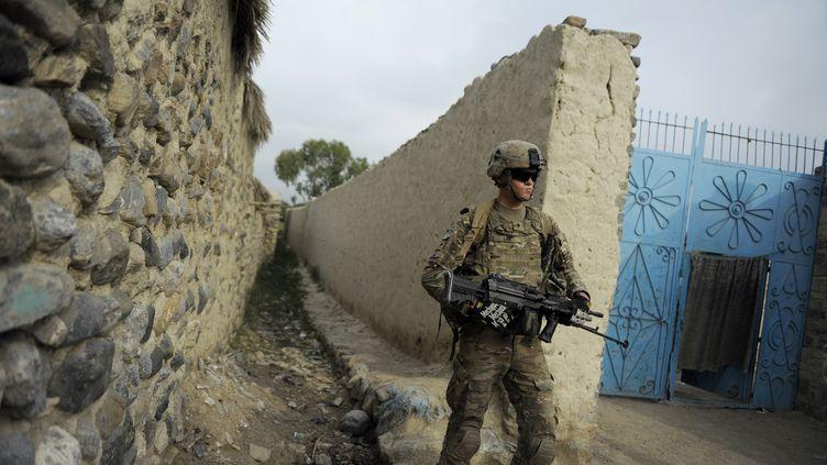 Deux soldats de l'Otan ont été tués par un militaire afghan, le 27 août 2012. Ici, un militaire américain de la force internationale de l'Otan (Isaf) en patrouille dans l'est de l'Afghanistan, le 4 août dernier. (JOSE CABEZAS / AFP)