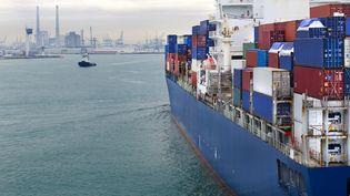Un porte-conteneurs entre dans le port du Havre. L'écart entre les exportations et les importations a atteint un record en 2011 pour atteindre 69,6 milliards de déficit commercial. (THIERRY DOSOGNE / GETTY IMAGES)