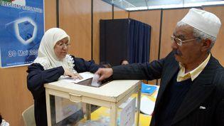 Le25 mai 2002 à Marseille,lors de la première journée des élections législatives algériennes pour les résidents algériens à l'étranger. (BORIS HORVAT / AFP)