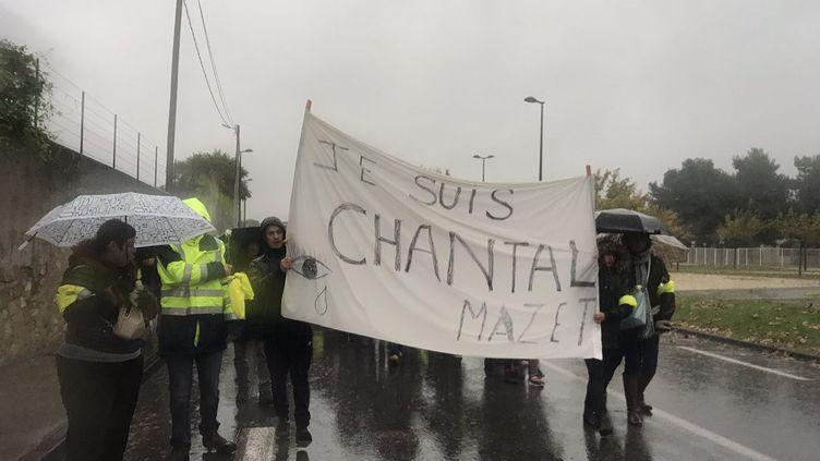 """La marche blanche organisée dimanche à Cavaillon en mémoire de Chantal Mazet, la""""gilet jaune"""" tuée sur un barrage à Pont-de-Beauvoisin en Savoie le 17 novembre 2018. (FRANCE BLEU VAUCLUSE/LILA LEFEBVRE)"""