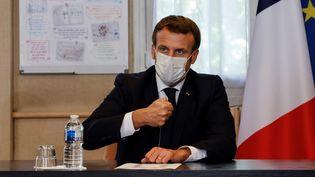 Emmanuel Macron, au centre hospitalier René Dubos, à Pontoise (Val-d'Oise), le 23 octobre 2020. (LUDOVIC MARIN / AFP)