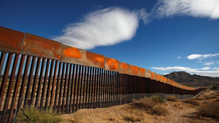 Vue du mur installé à la frontière entre le Mexique et les Etats-Unis, du côté de Sunland Park, en face de Ciudad Juarez, le 9 novembre 2016. (JOSE LUIS GONZALEZ / REUTERS)