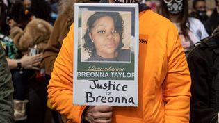 Une personne porte une pancarte en hommage à Breonna Taylor lors d'une manifestation à Louisville, le 13 mars 2021. (ALTON STRUPP/COURIER JOURNAL VIA/SIPA)