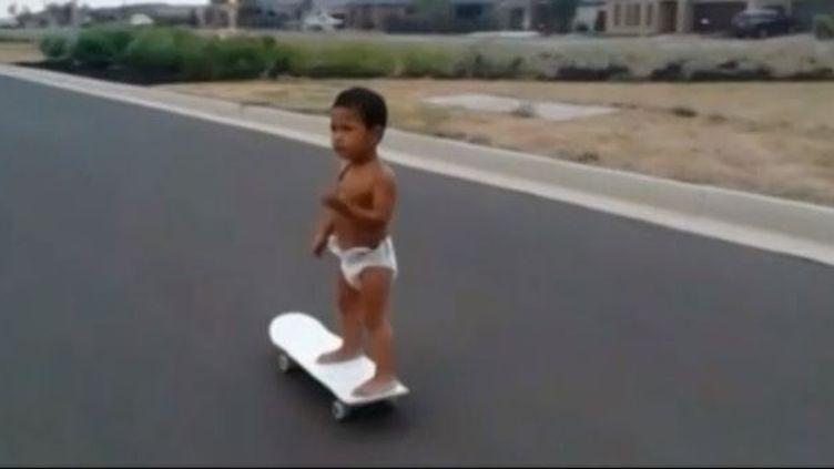 Capture d'écran d'un bébé australien de deux ans,viruose déjà en skate (REUTERS)