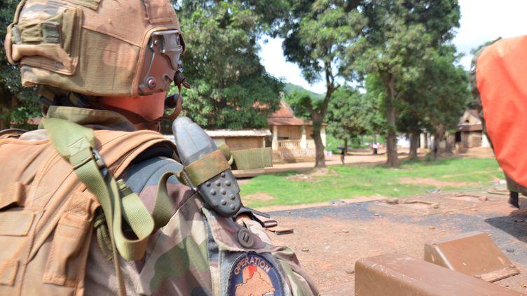 Un soldat français de l'opération Sangaris patrouille à Bangui (Centrafrique), le 20 mai 2015. (PATRICK FORT / AFP)