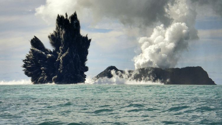 Eruption du volcan sous-marin de l'île des Tonga Hunga Ha'apai, le 18 mars 2009 dans l'océan Pacifique. Le plus grand volcan du monde, lui, seraittapi au cœur de la chaîne de montagnes sous-marine Shatsky Rise. ( REUTERS)