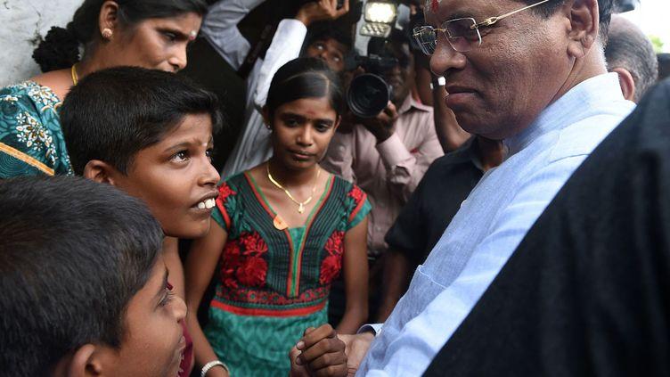Le président sri-lankais Maithripala Sirisena avec des membres de la minorité tamoule dans la ville de Muttur, le 22 août 2015. (AFP PHOTO / Ishara S. KODIKARA)