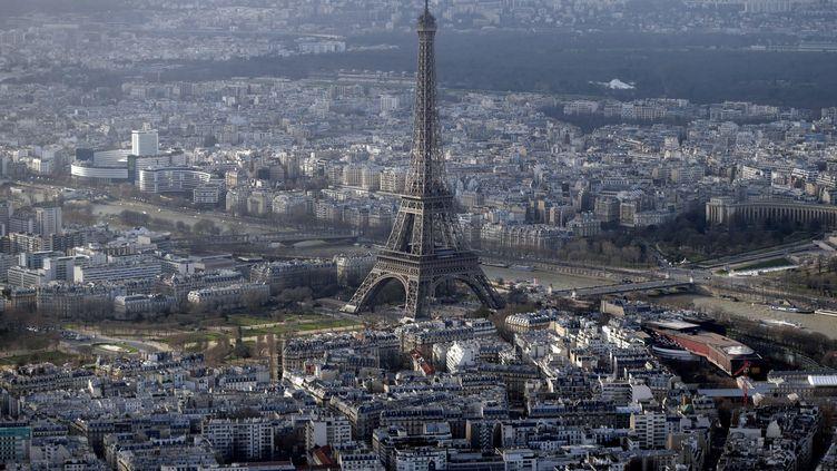Vue aérienne de la tour Eiffel, à Paris, prise le 11 janvier 2015. (KENZO TRIBOUILLARD / AFP)