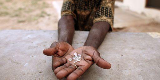 Trafiquant zimbabwéen montrant des diamants à Manica (Mozambique), près de la frontière avec le Zimbabwe, le 19-9-2010. (Reuters - Goran Tomasevic )