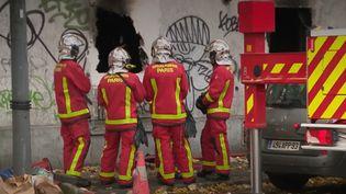 Un violent incendie a eu lieu dimanche 24 novembre dans un appartement d'un immeuble d'Ivry-sur-Seine, dans le Val-de-Marne. Treize personnes ont pu être évacuées, mais deux ont perdu la vie et cinq autres ont été blessées. (FRANCE 2)