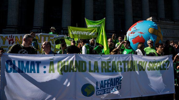 """Des manifestants portent une banderole de """"L'Affaire du siècle"""", à Paris, le 16 mars 2019. (NICOLAS LIPONNE / NURPHOTO / AFP)"""