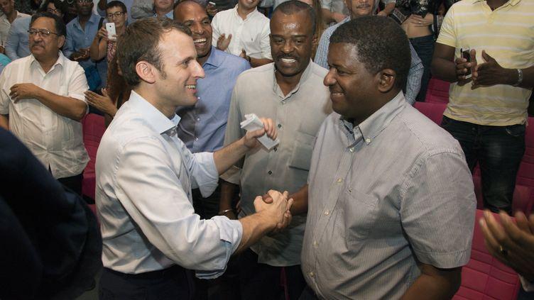 Emmanuel Macron lors d'un meeting de campagne, le 16 décembre 2016 à Baie-Mahault (Guadeloupe). (Hélène Valenzuela / AFP)