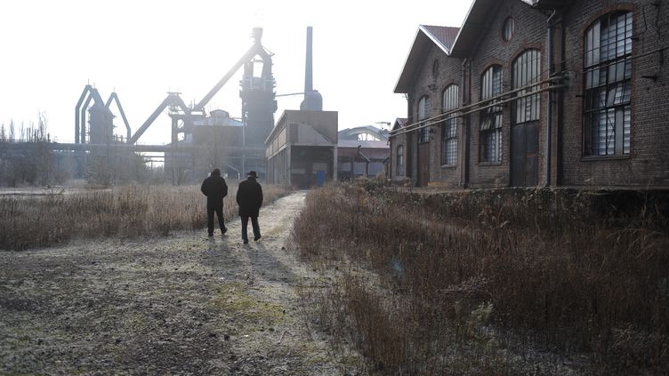 Roger Bague et Bernard Colnot, deux anciens salariés deLorfonte, sur le site de l'usine d'Uckange (Moselle). (HERVE POZZO / FRANCETV INFO)
