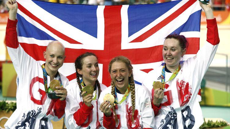 Les pistardes britanniques célèbrent leur médaille d'or après avoir remporté la finale de la poursuite par équipe, le 13 août 2016 à Rio. (ODD ANDERSEN / AFP)