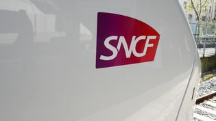 Un logo de la SNCF sur un train de la nouvelle ligne Coradia, à la gare de l'Est, à Paris, le 6 avril 2017. (ERIC PIERMONT / AFP)