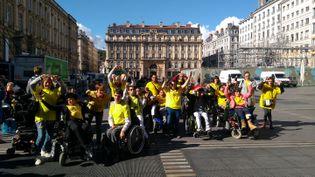 Les participants à l'événement organisé par l'Association régionale Rhône-Alpes des infirmes moteurs cérébraux, devant l'hôtel de Ville de Lyon. (FACEBOOK/ARIMC RHÔNE ALPES)