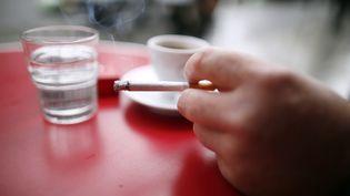 Il est interdit de fumer dans un lieu public en France depuis le 1er février 2007. (KENZO TRIBOUILLARD / AFP)