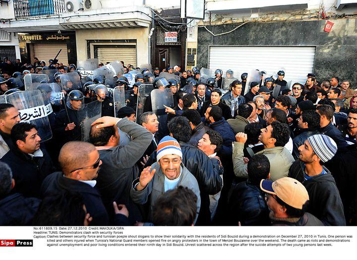 Manifestation à Tunis (Tunisie), le 27 décembre 2010, en soutien aux habitants de Sidi Bouzid, où Mohamed Bouazizi s'est immolé par le feu dix jours plus tôt. (MAKOUKA/SIPA)