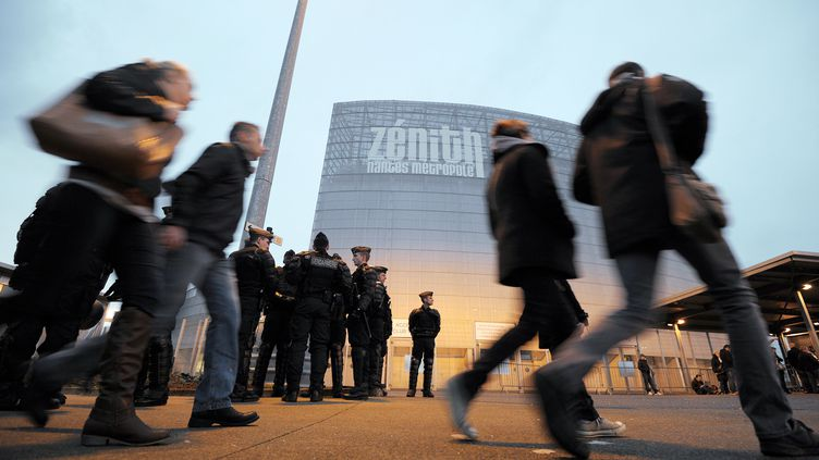 Des spectateurs devant le Zénith de Nantes (Loire-Atlantique), le 9 janvier 2014. (JEAN-SEBASTIEN EVRARD / AFP)