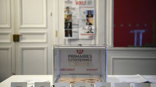 Une simulation de bureau de vote au siège du Parti socialiste, le 16 janvier 2017. (MARTIN BUREAU / AFP)