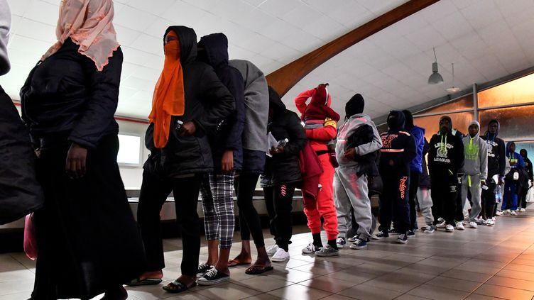 Des migrants ivoiriens rapatriés de Libye à l'aéroport d'Abidjian, en Côte d'Ivoire, le 20 novembre 2017. (ISSOUF SANOGO / AFP)