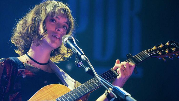 La chanteuse Pomme, tête d'affiche du Printemps de Bourges 2021, en concert à Bourges septembre 2020. (GUILLAUME SOUVANT / AFP)