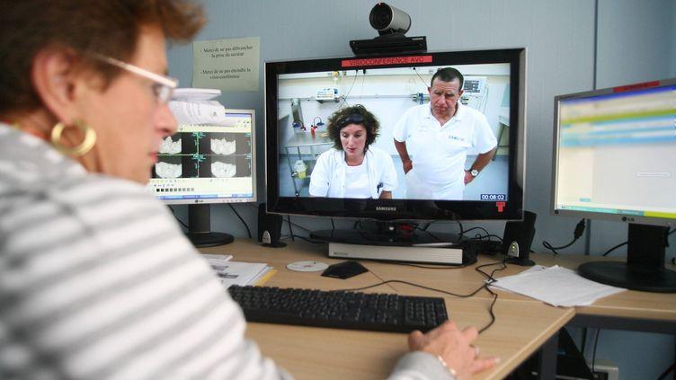 Télémédecine entre le CHU d'Amiens et Abbeville en octobre 2012 (FRÉDÉRIC DOUCHET / MAXPPP)