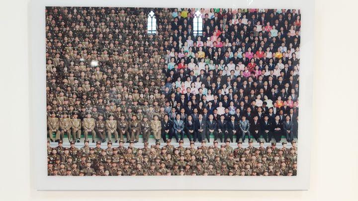 En Corée du Nord, Philippe Chancel photographie une cérémonie officielle en 2012 dans un stade de Pyongyang.Exposition Datazone, aux Rencontres d'Arles (ANNE CHEPEAU / RADIO FRANCE)