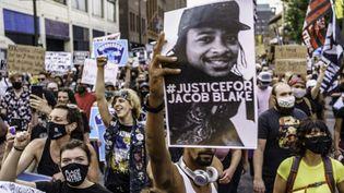 Des manifestants défilent pour demander justice après les tirs contre Jacob Blake, le 24 août 2020 à Minneapolis (Minnesota). (KEREM YUCEL / AFP)